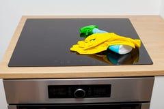 Limpieza de la cocina fotos de archivo libres de regalías