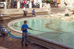 Limpieza de la fuente del Trevi en Roma Imagen de archivo
