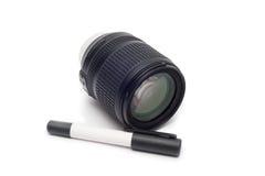 Limpieza de la lente Lente de cámara con el cepillo de la lente Imagenes de archivo