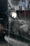Limpieza de la locomotora de vapor Fotos de archivo libres de regalías