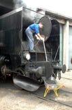 Limpieza de la locomotora de vapor Imagenes de archivo