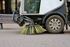 Limpieza de la máquina del coche de los barrenderos en las calles Imagenes de archivo