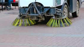 Limpieza de la máquina del coche de los barrenderos en las calles Foto de archivo libre de regalías