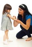 Limpieza de la madre herida a su hija Imagen de archivo libre de regalías