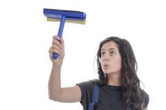 Limpieza de la mujer del trabajador de vidrios Foto de archivo libre de regalías