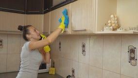 Limpieza de la mujer en la cocina metrajes