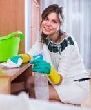 Limpieza de la mujer en sala de estar Imagenes de archivo