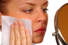 Limpieza de la mujer su cara fotos de archivo