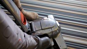 Limpieza de la mujer usando el aspirador, eficaz Alfombra del aspirador almacen de metraje de vídeo