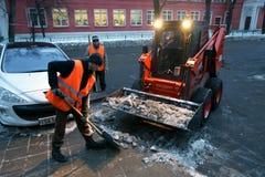Limpieza de la nieve Imagenes de archivo