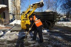 Limpieza de la nieve Fotos de archivo libres de regalías