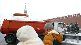 Limpieza de la nieve cerca del Kremlin almacen de metraje de vídeo