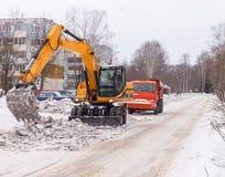Limpieza de la nieve de la carretera Fotografía de archivo libre de regalías
