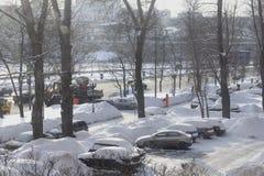 Limpieza de la nieve durante el invierno Imagen de archivo