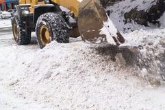 Limpieza de la nieve en la ciudad Máquina especial imágenes de archivo libres de regalías