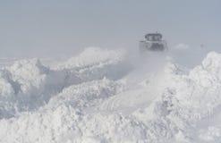 Limpieza de la nieve en el camino después de una ventisca Fotografía de archivo libre de regalías