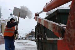Limpieza de la nieve en la calle. Foto de archivo libre de regalías