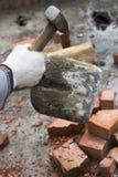 Limpieza de la pala del mortero secado del cemento Imagen de archivo libre de regalías