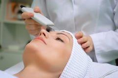 Limpieza de la piel del ultrasonido en el salón de belleza Fotos de archivo libres de regalías