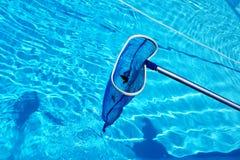 Limpieza de la piscina Fotos de archivo libres de regalías