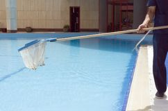 Limpieza de la piscina imagen de archivo libre de regalías