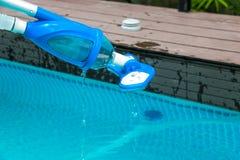 Limpieza de la piscina imágenes de archivo libres de regalías