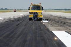 Limpieza de la pista en el aeropuerto Imagen de archivo