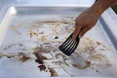 Limpieza de la placa de la barbacoa Imagenes de archivo
