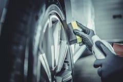 Limpieza de la rueda y de los neumáticos de coche foto de archivo libre de regalías