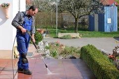 Limpieza de la terraza con de alta presión Fotos de archivo