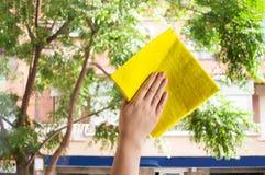 Limpieza de la ventana de cristal Imágenes de archivo libres de regalías