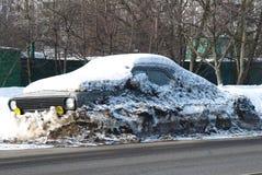 Limpieza de las calles de la nieve. El coche en la nieve Imagenes de archivo