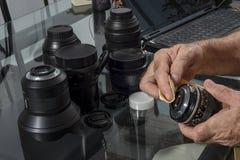 Limpieza de lentes fotográficas imágenes de archivo libres de regalías