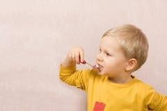 Limpieza de los dientes Foto de archivo libre de regalías