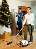 Limpieza de los pares con el aspirador Fotos de archivo libres de regalías