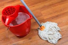 Limpieza de pisos por la fregona Imagenes de archivo