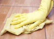 Limpieza de un azulejo de la cocina Imagenes de archivo