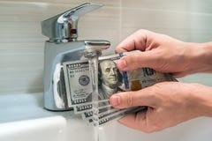 Limpieza de un billete de dólar sucio del americano ciento Fotos de archivo