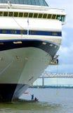 Limpieza de un casco del barco de cruceros Foto de archivo
