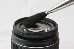 Limpieza de una lente Imágenes de archivo libres de regalías