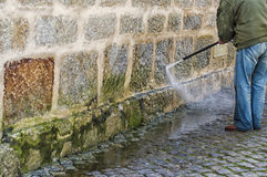 Limpieza de una pared Imagen de archivo libre de regalías