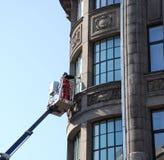 Limpieza de ventanas. Foto de archivo libre de regalías