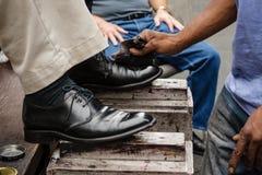 Limpieza de zapatos Imágenes de archivo libres de regalías