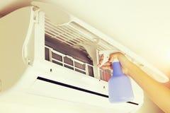 Limpieza del acondicionador de aire foto de archivo