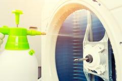 Limpieza del acondicionador de aire fotos de archivo