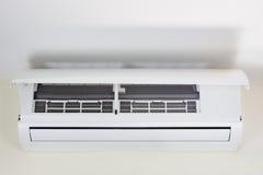 Limpieza del acondicionador de aire fotos de archivo libres de regalías