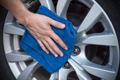 Limpieza del coche de la rueda Imagen de archivo