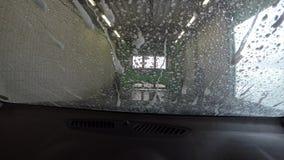 Limpieza del coche en el túnel de lavado metrajes