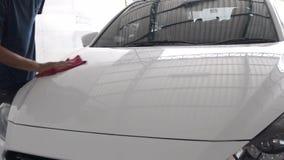 Limpieza del color de carrocería en mantenimiento del coche metrajes