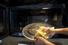 Limpieza del horno de microondas Fotos de archivo